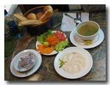 タヒーナ、サラダなどの定食セット