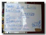 手書きの看板(ホワイトボード)にランチメニュー