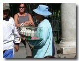 クレマを売り歩くおばちゃん