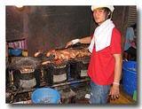 クンパオ作りに精を出す青年 ヤワラーの屋台の焼き場