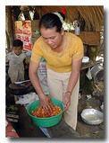 鶏を醤油だれにつけ込む [カンボジア]