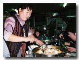 鍋の締めの炒飯を作ってくれるアジュンマ