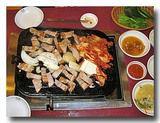 サムギョプサル 肉をはさみで切った後