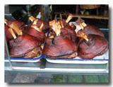 龍蹄 豚の太股の醤油煮込み 店頭にずらりと並ぶ
