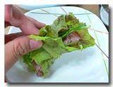 チョッパルをエゴマの葉で包む