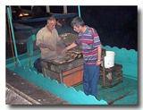 鯖サンドを作る船