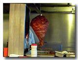 回転ロースターで肉を焼いている様子