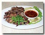 リーン・ヤーン(豚の舌の炭火焼き)の皿