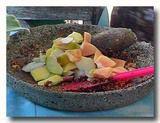 ルジャック作り すり潰したスパイスと豆にフルーツを混ぜる