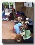 野菜料理担当の女性たちの作業場