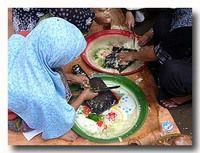 ウラプ・ウラプ 野菜のココナッツ和え 作りをする女性たち