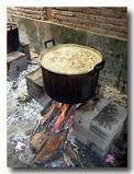 ジャックフルーツのココナッツミルクカレーを煮込んでいる大鍋