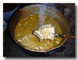 カリ・プダック 煮込んでいる大鍋からプダックを取り出す