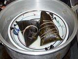 粽を鍋で蒸すところ