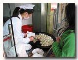 生煎饅頭 焼き小籠包を鉄板から熱々を販売