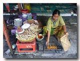 サテ・アヤム・ササック ササック風鶏の串焼き を焼く