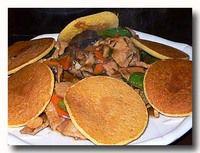 牛肉玉米餅 野菜と牛肉の炒め物 トウモロコシのパンケーキ添え