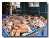 トラックで大量入荷される豚足