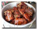 萬巒猪脚 豚足の醤油煮込み 桶いっぱいの豚足