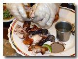 甕窯鶏 をさらに手で分解する。