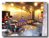 鶏肉を竈で焼いているところが店頭で見られる。