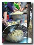 QQ蛋 球形たまご餅 を作っているところ