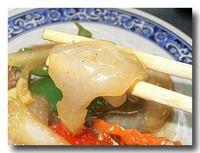 漫波魚 マンボウの炒め物のマンボウをつまんだところ
