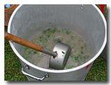 麻油鶏 鶏酒スープがはいった鍋