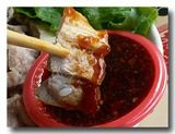 蒜泥白肉 ゆで豚バラ肉の大蒜ソース ソースに肉をつけたところ