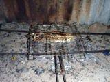 焼き網で挟んでこんがりとカツオを両面焼き