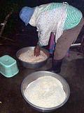 餅米とタロイモの細切りをまんべんなく混ぜる