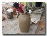 タンドールと呼ばれる素焼きの窯を作っている職人さん