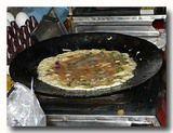 インド風オムレツを焼いているところ