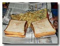 インド エッグスタンドのオムレツとチーズトースト