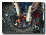 コルカタのエッグスタンドの炭火 パンをトーストする
