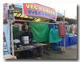 仏教徒の巡礼の時期に出るテント食堂。チベット人経営のモモ屋。