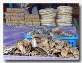 乾物屋で干し魚と共に並んでいるエンバル