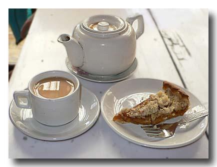 マルファで飲んだお茶とアップルクランブルケーキ。
